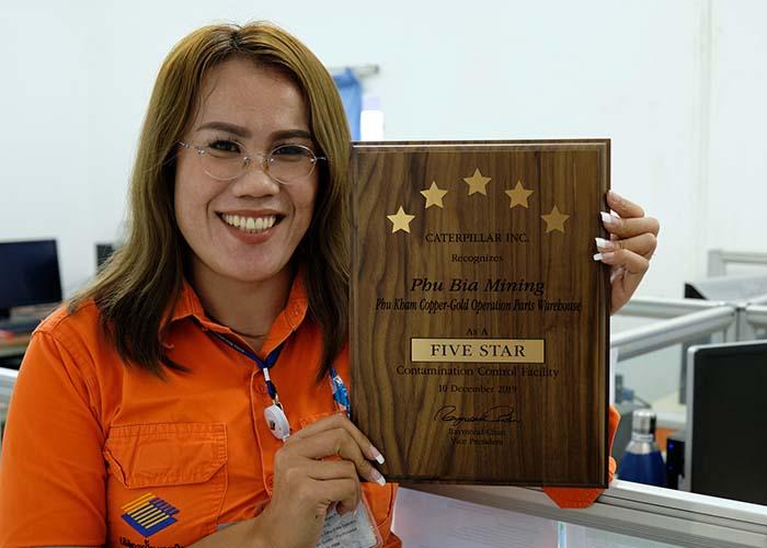 Employee with the Caterpillar Contamination Control 5-star award